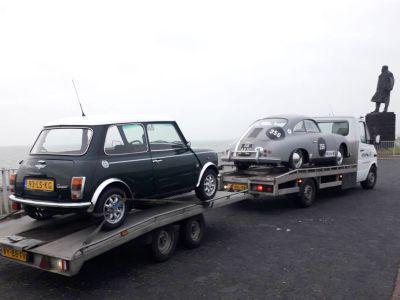 Mini en Porsche op de Afsluitdijk