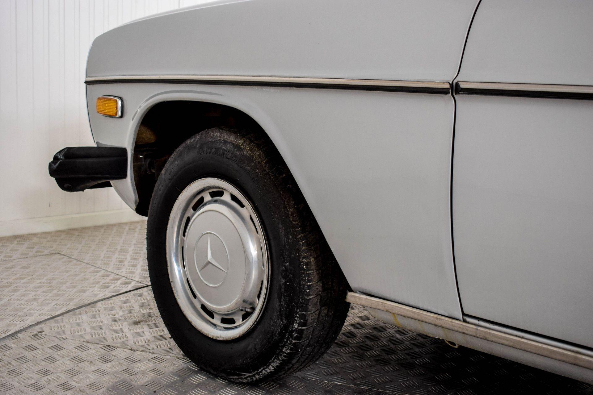Mercedes-Benz 200-serie 240 D Foto 33