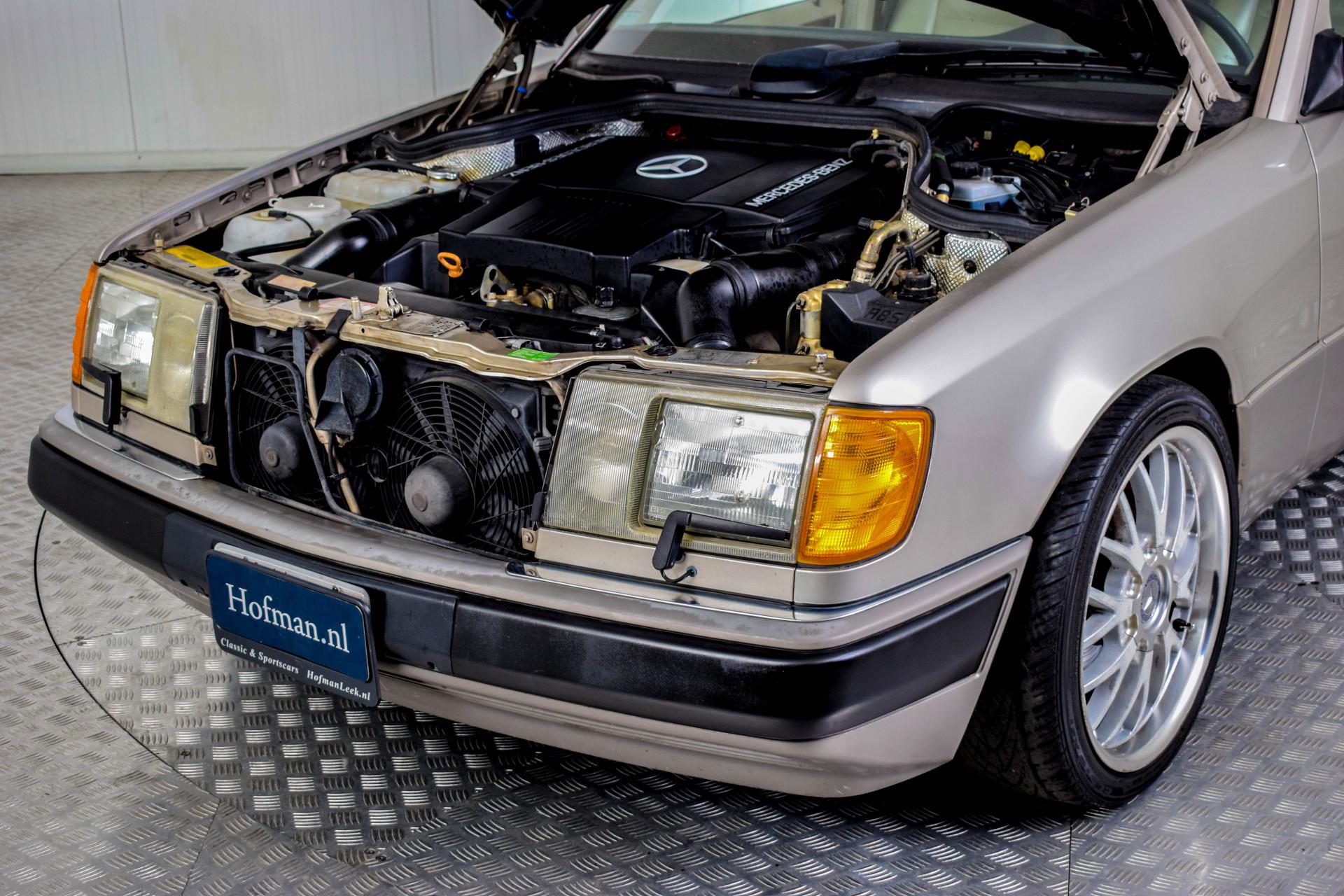 Mercedes-Benz 200-serie 400 E V8 Foto 16