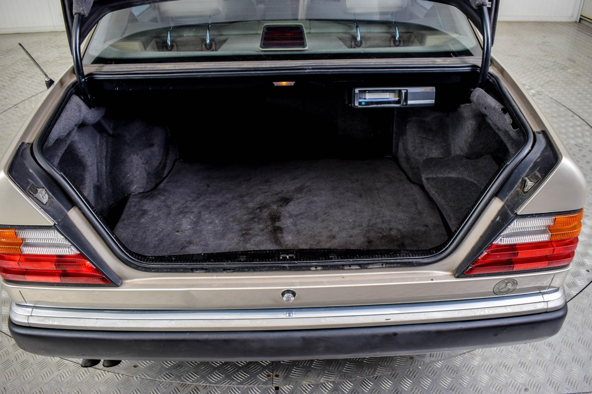Mercedes-Benz 200-serie 400 E V8 Foto 20