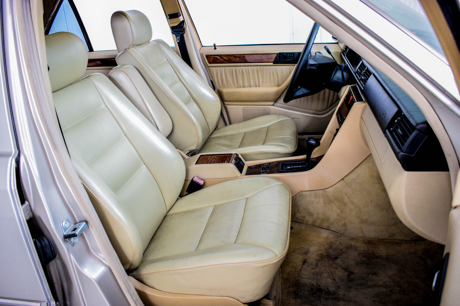 Mercedes-Benz 200-serie 400 E V8 Foto 24