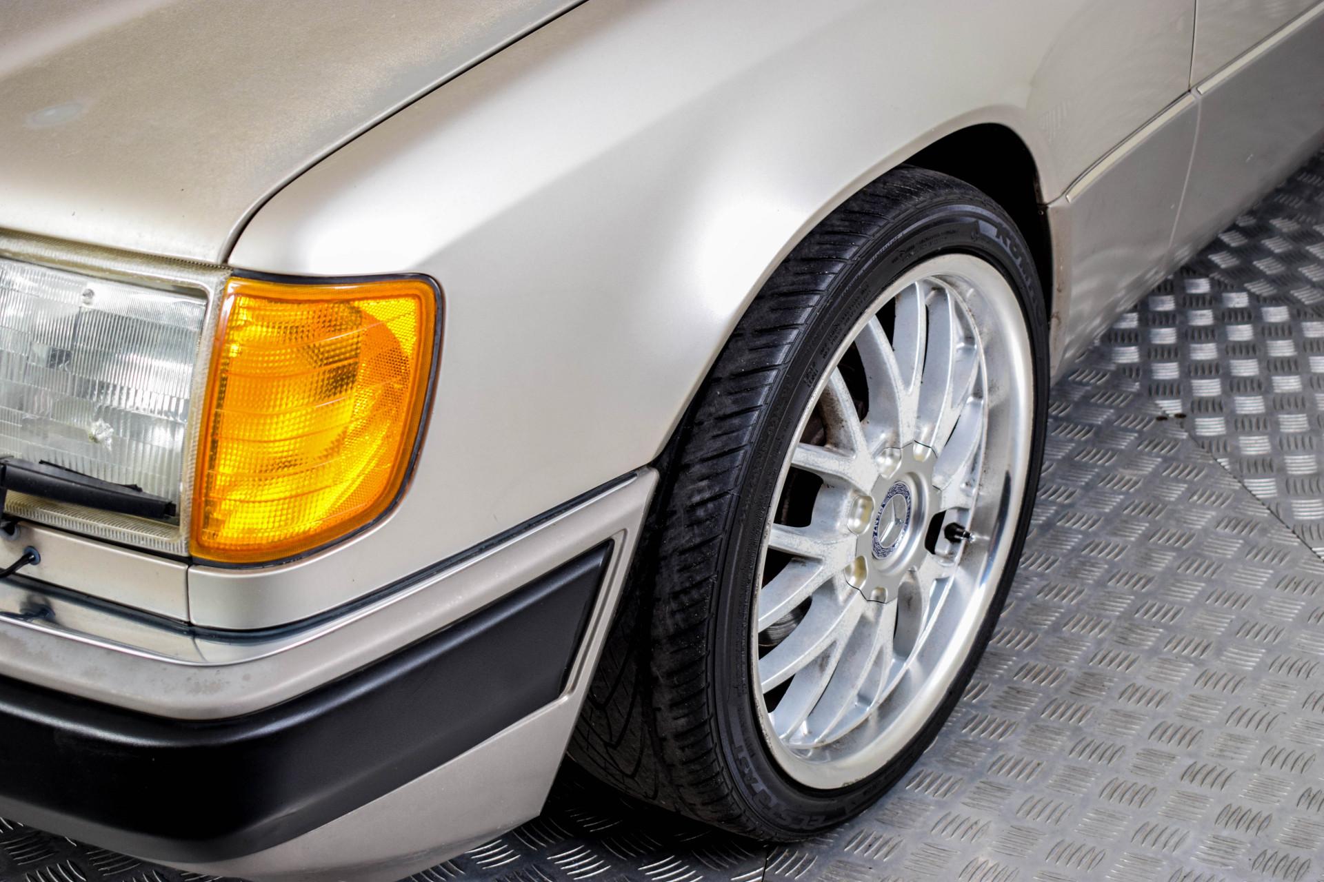 Mercedes-Benz 200-serie 400 E V8 Foto 32