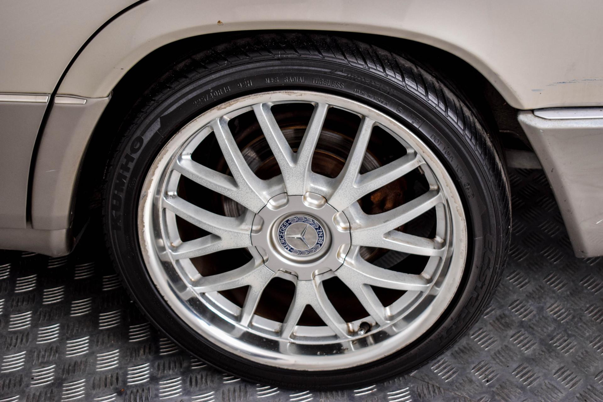 Mercedes-Benz 200-serie 400 E V8 Foto 43