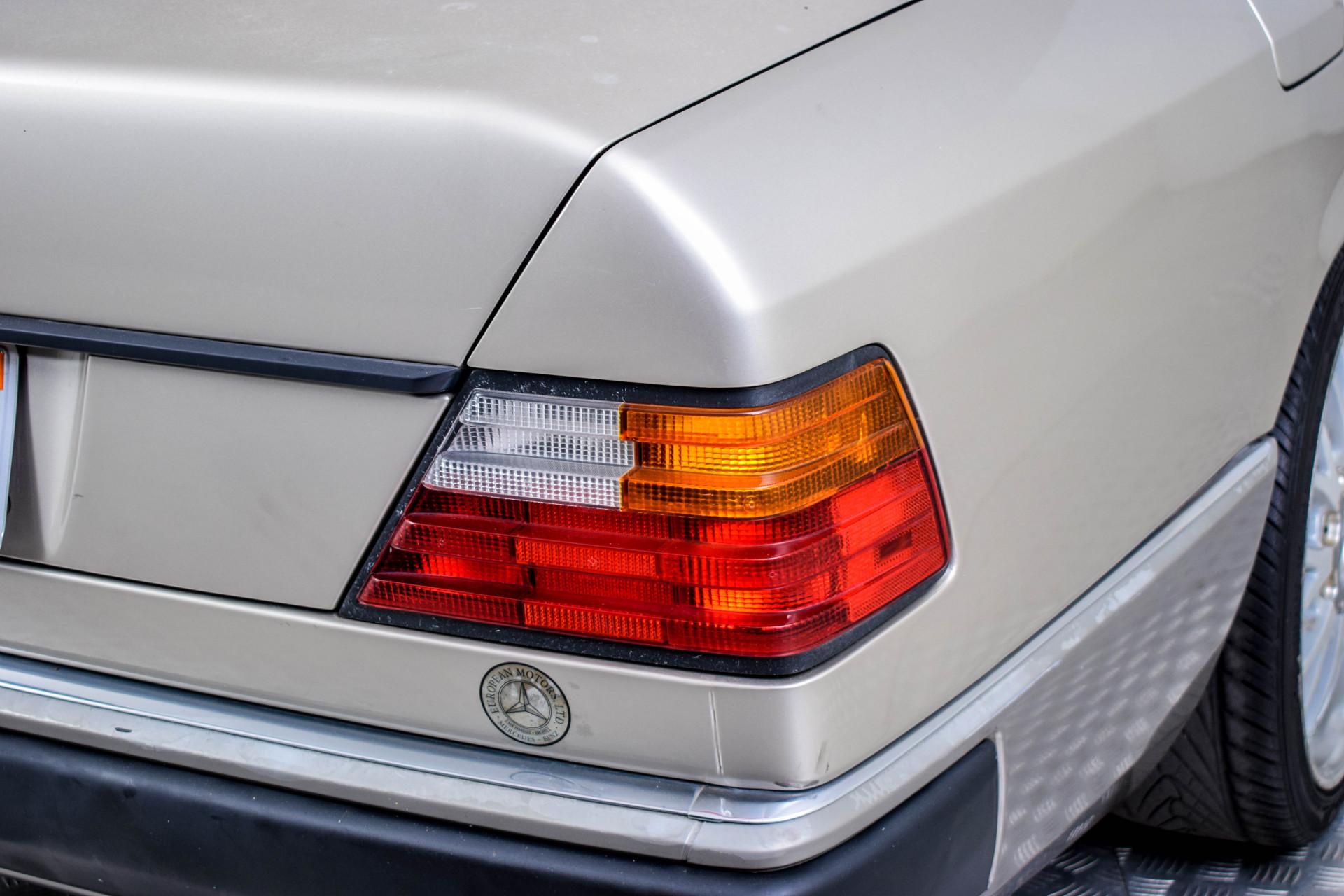 Mercedes-Benz 200-serie 400 E V8 Foto 45