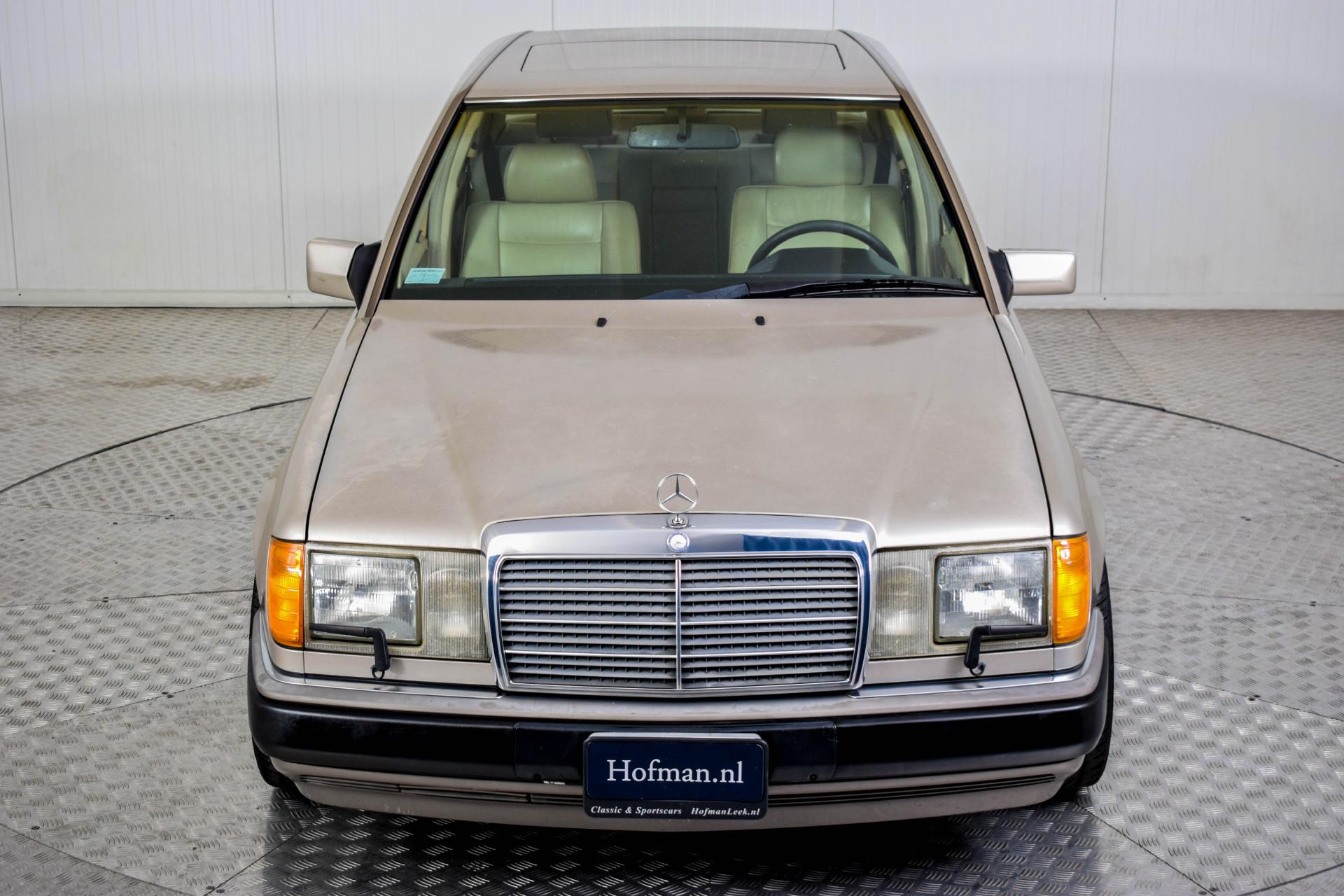 Mercedes-Benz 200-serie 400 E V8 Foto 46