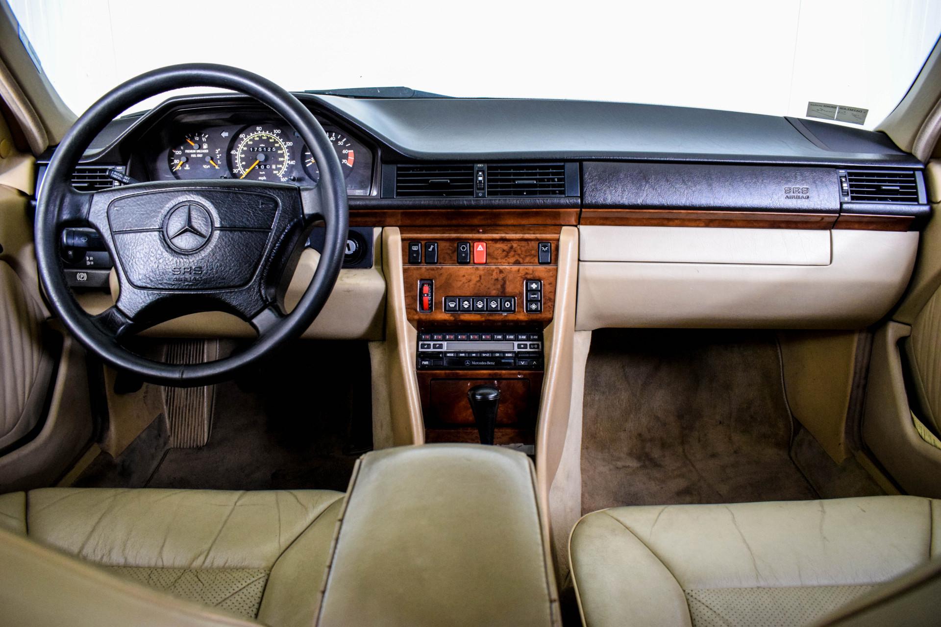 Mercedes-Benz 200-serie 400 E V8 Foto 5