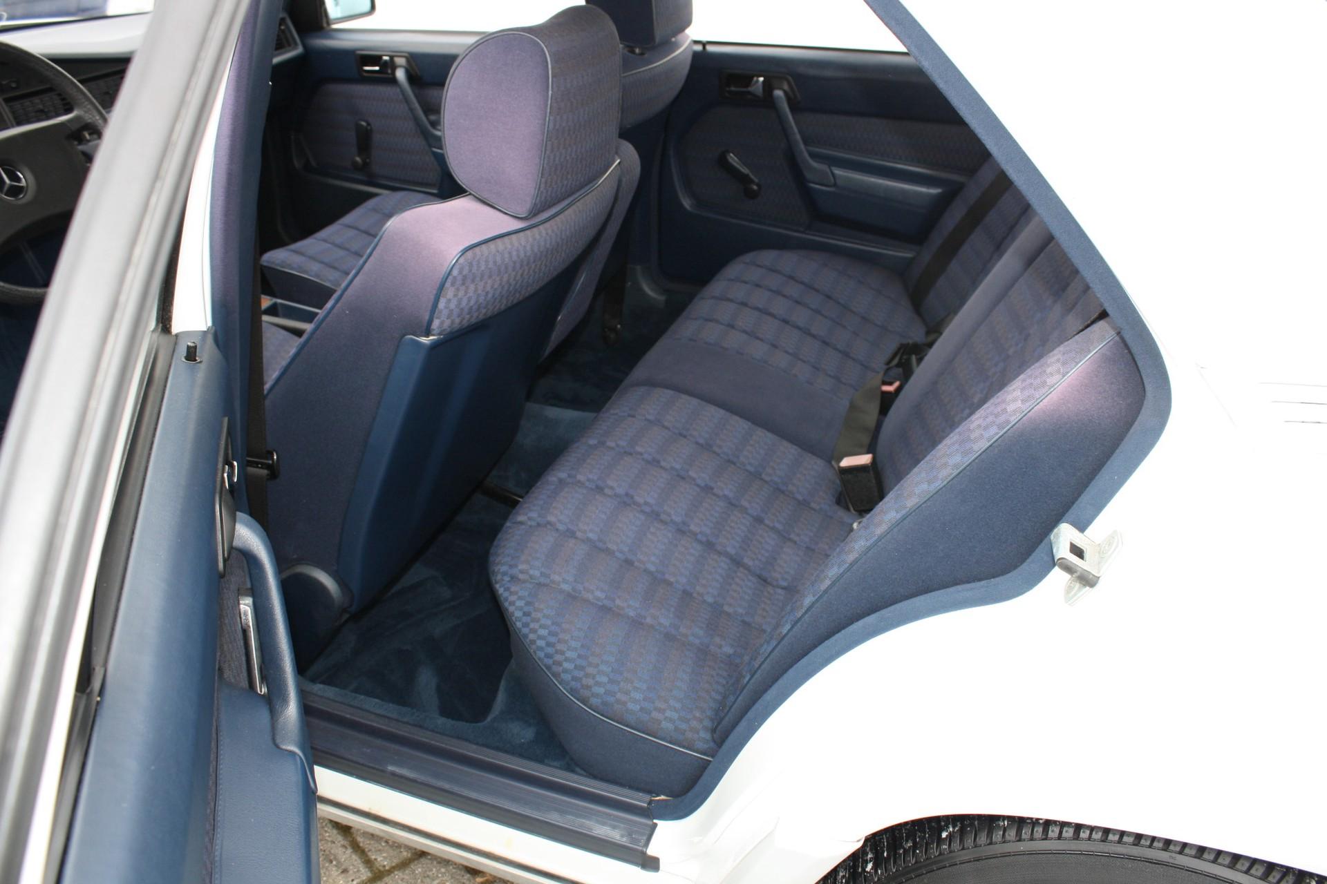 Mercedes-Benz 190 2.0 E automaat Foto 4