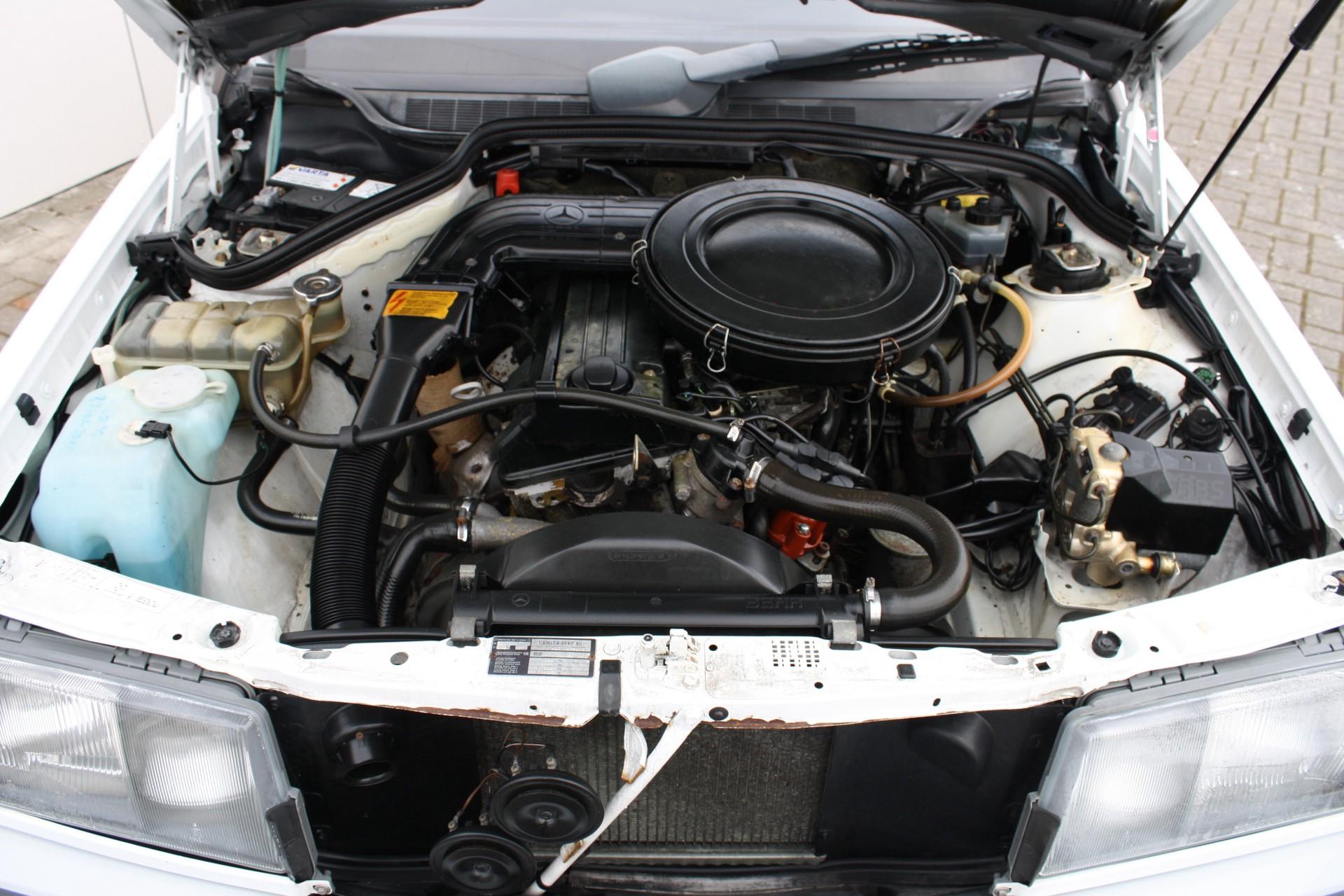 Mercedes-Benz 190 2.0 E automaat Foto 8