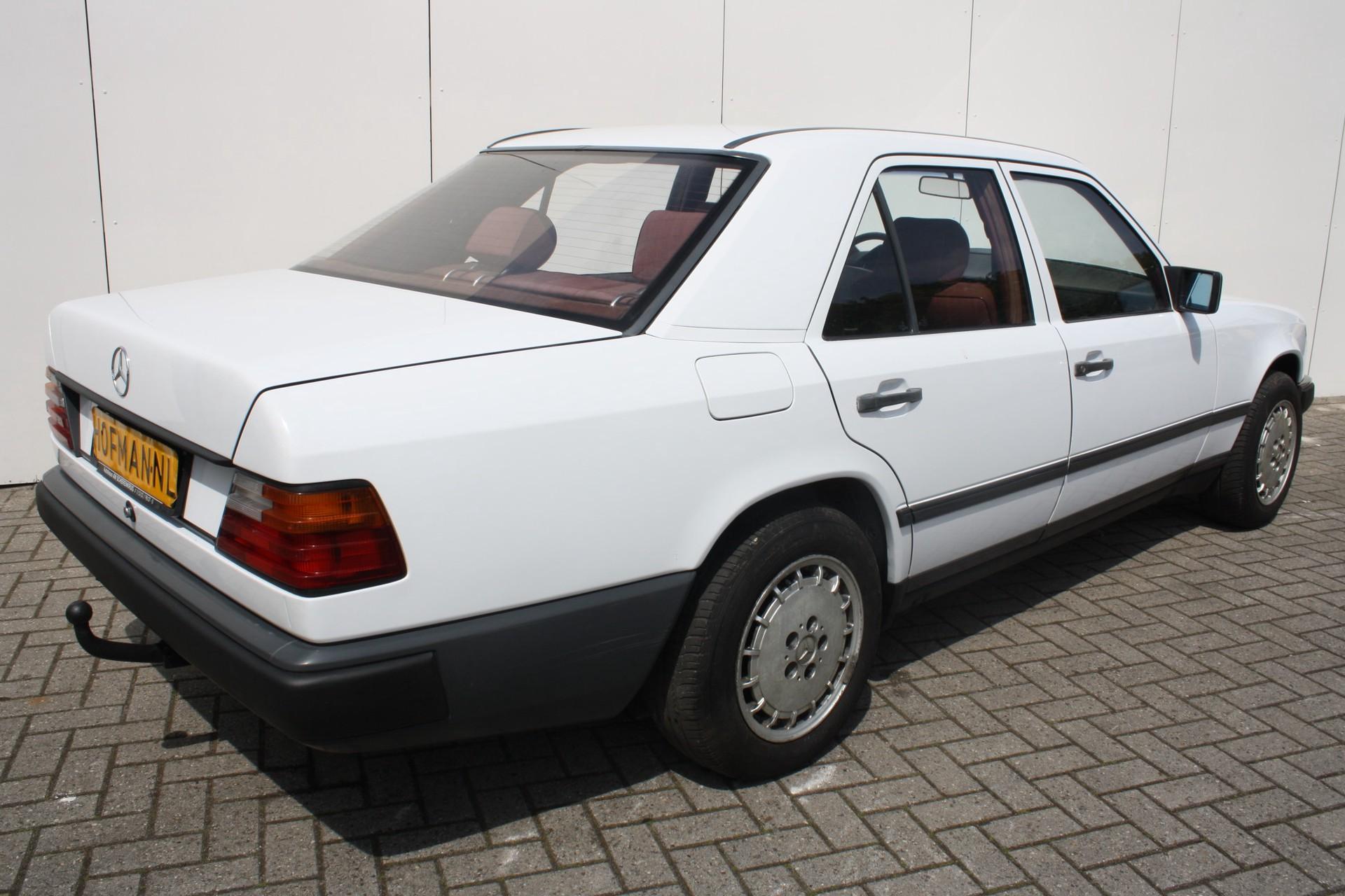 Mercedes-Benz 200-serie 260 E Foto 2
