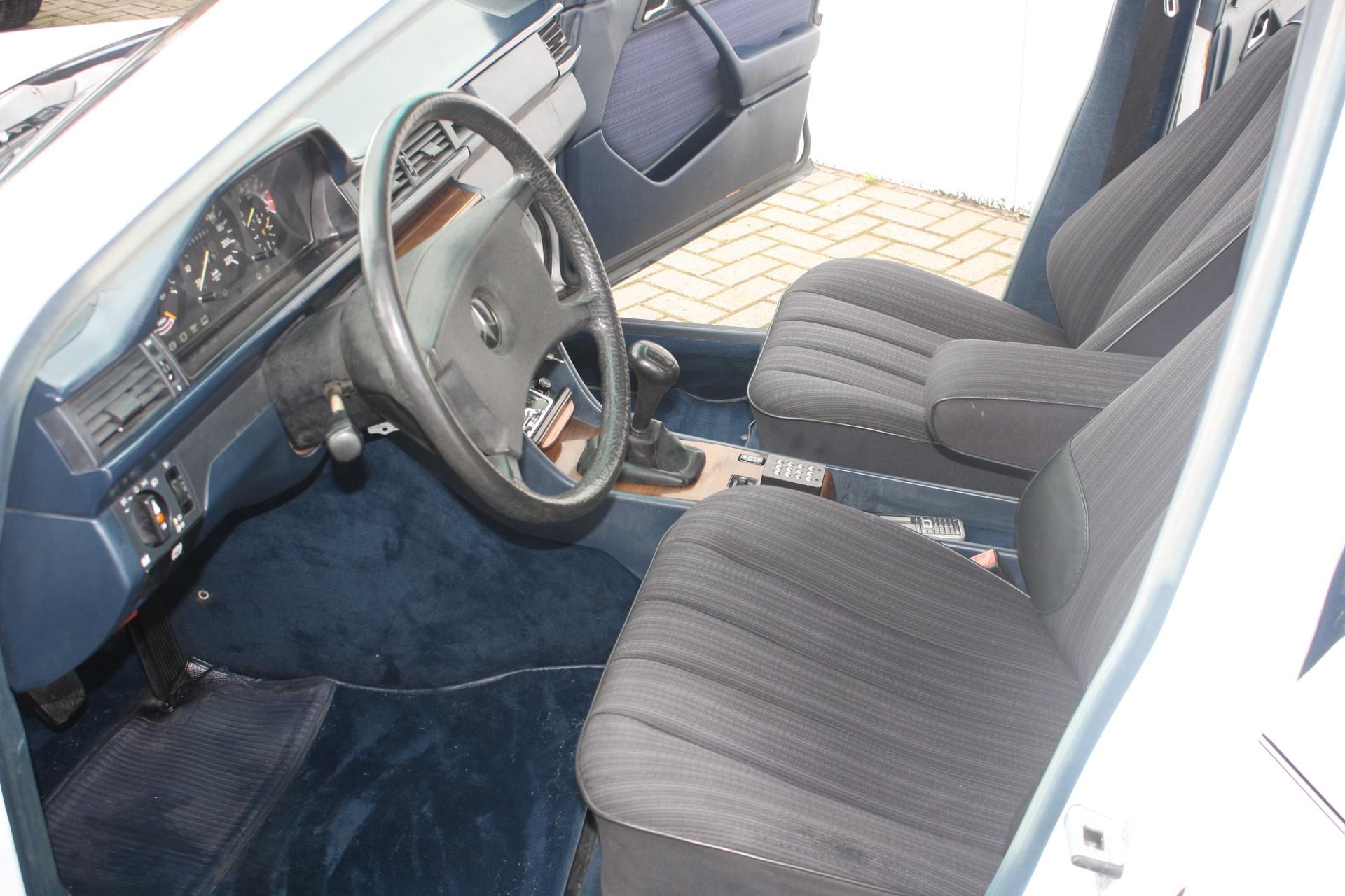 Mercedes-Benz 200-serie 250 D Foto 3