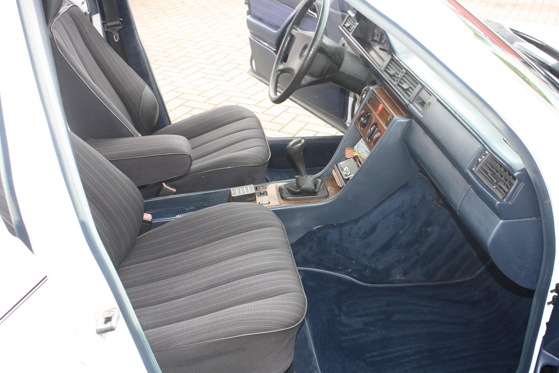 Mercedes-Benz 200-serie 250 D Foto 5