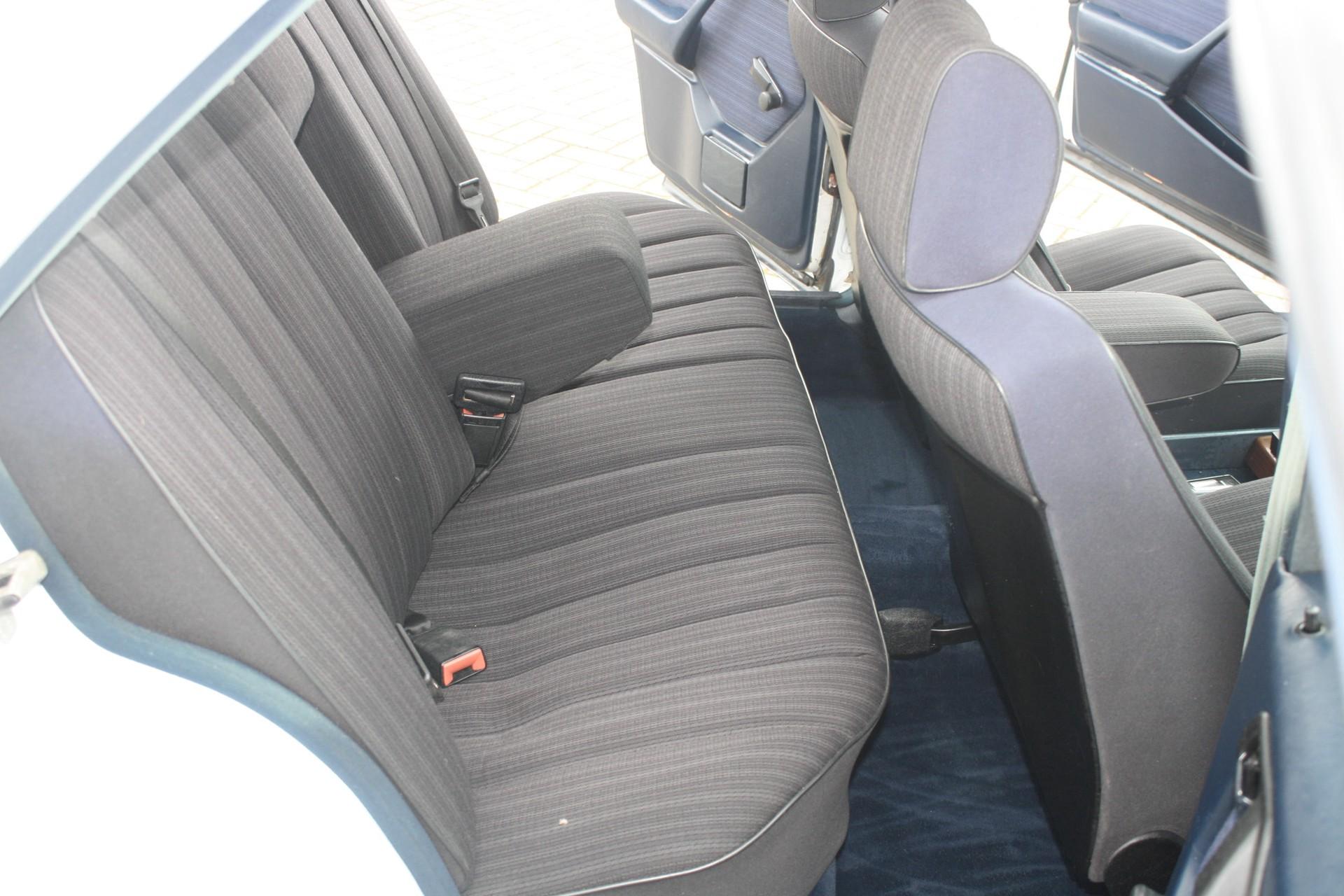 Mercedes-Benz 200-serie 250 D Foto 6