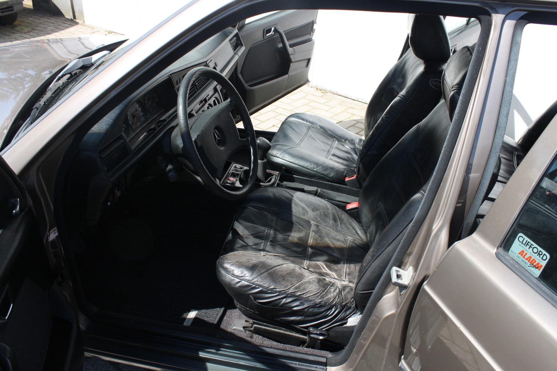 Mercedes-Benz 190 2.0 E Foto 3