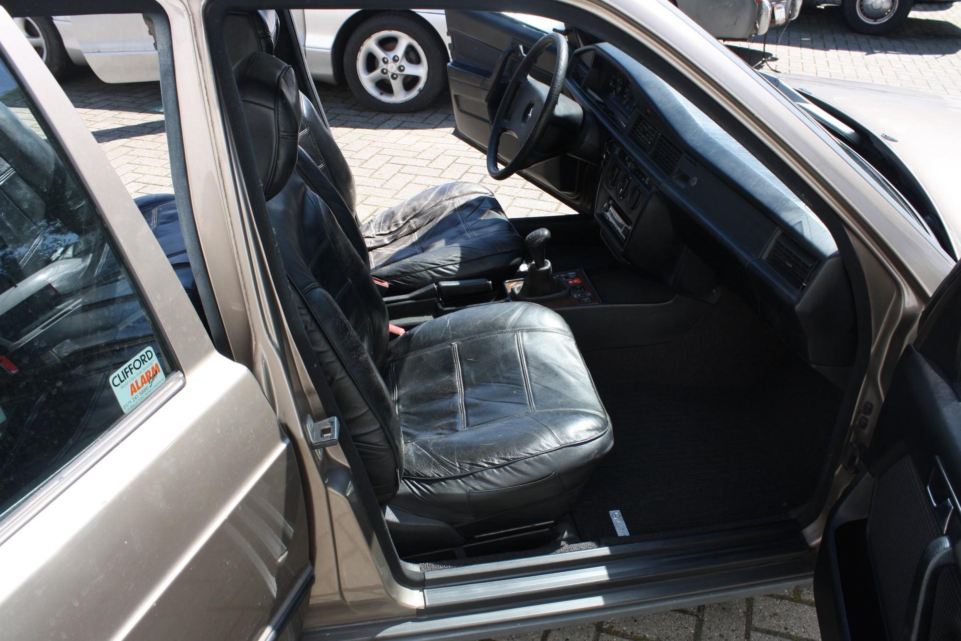 Mercedes-Benz 190 2.0 E Foto 4