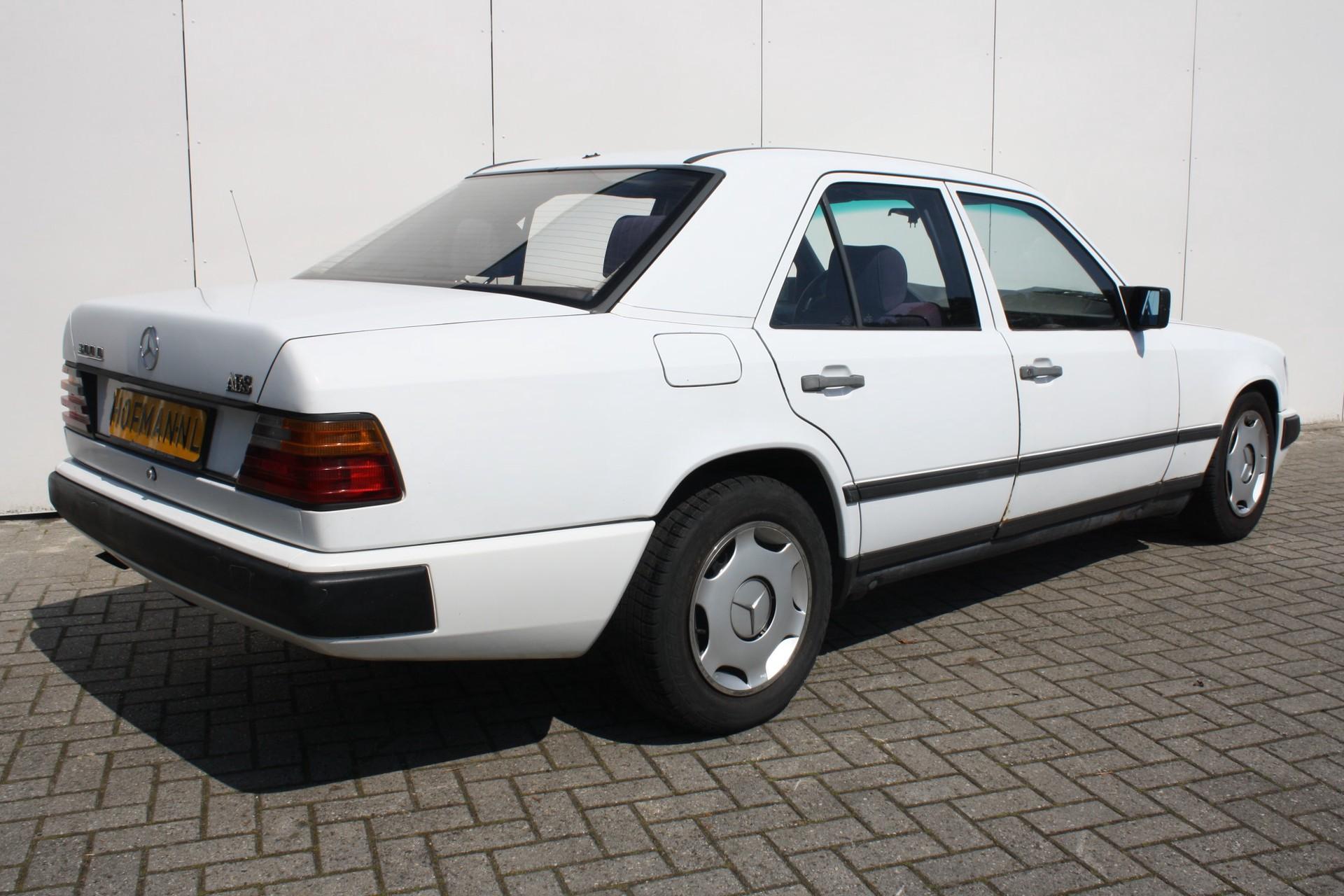 Mercedes-Benz 200-serie 300 D Foto 2