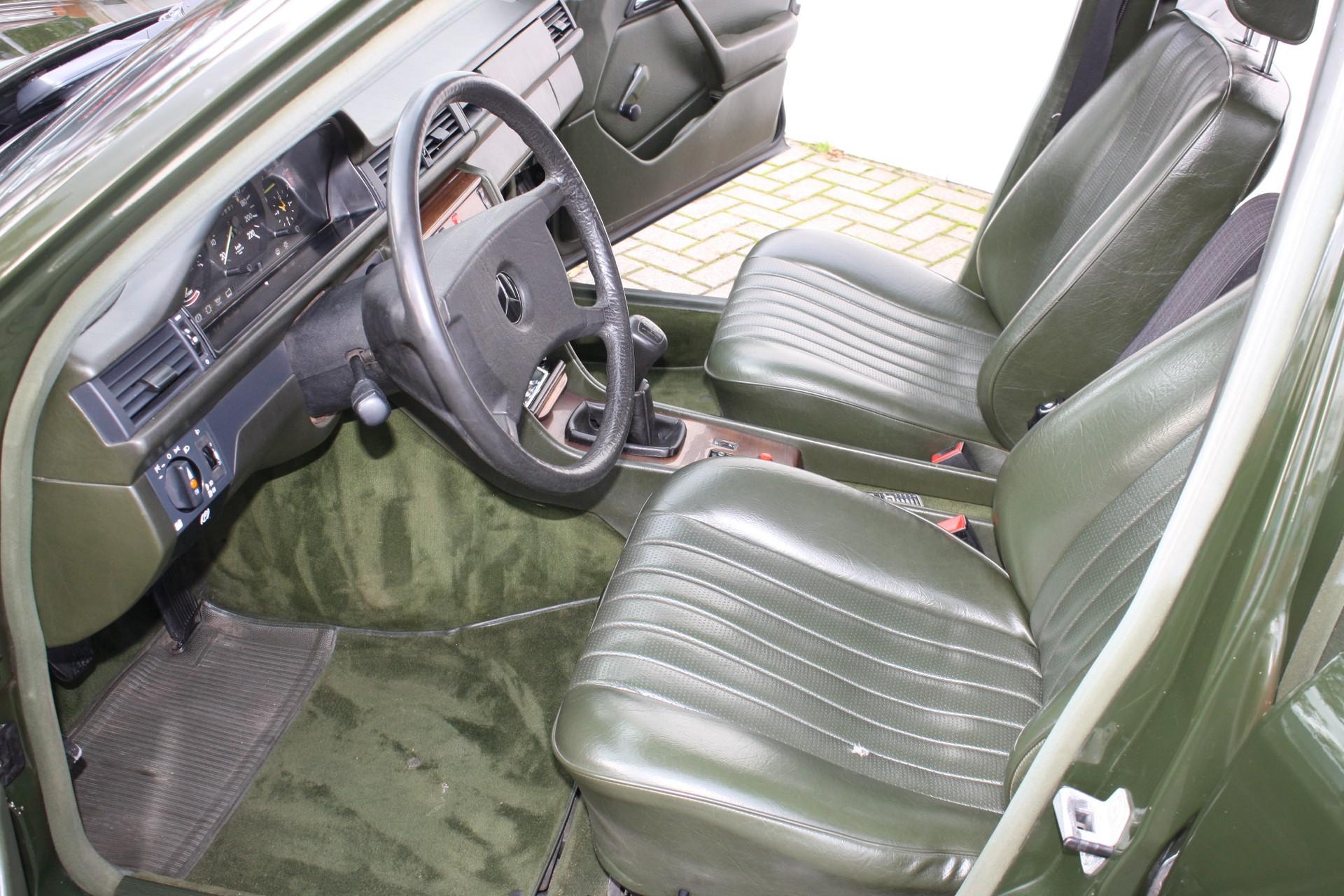 Mercedes-Benz 200-serie 230 TE Foto 3