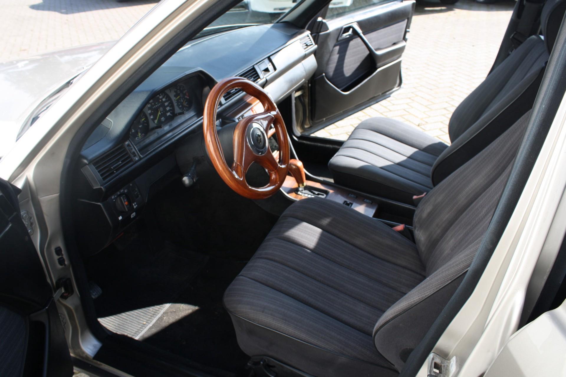 Mercedes-Benz 200-serie 300 E Foto 3