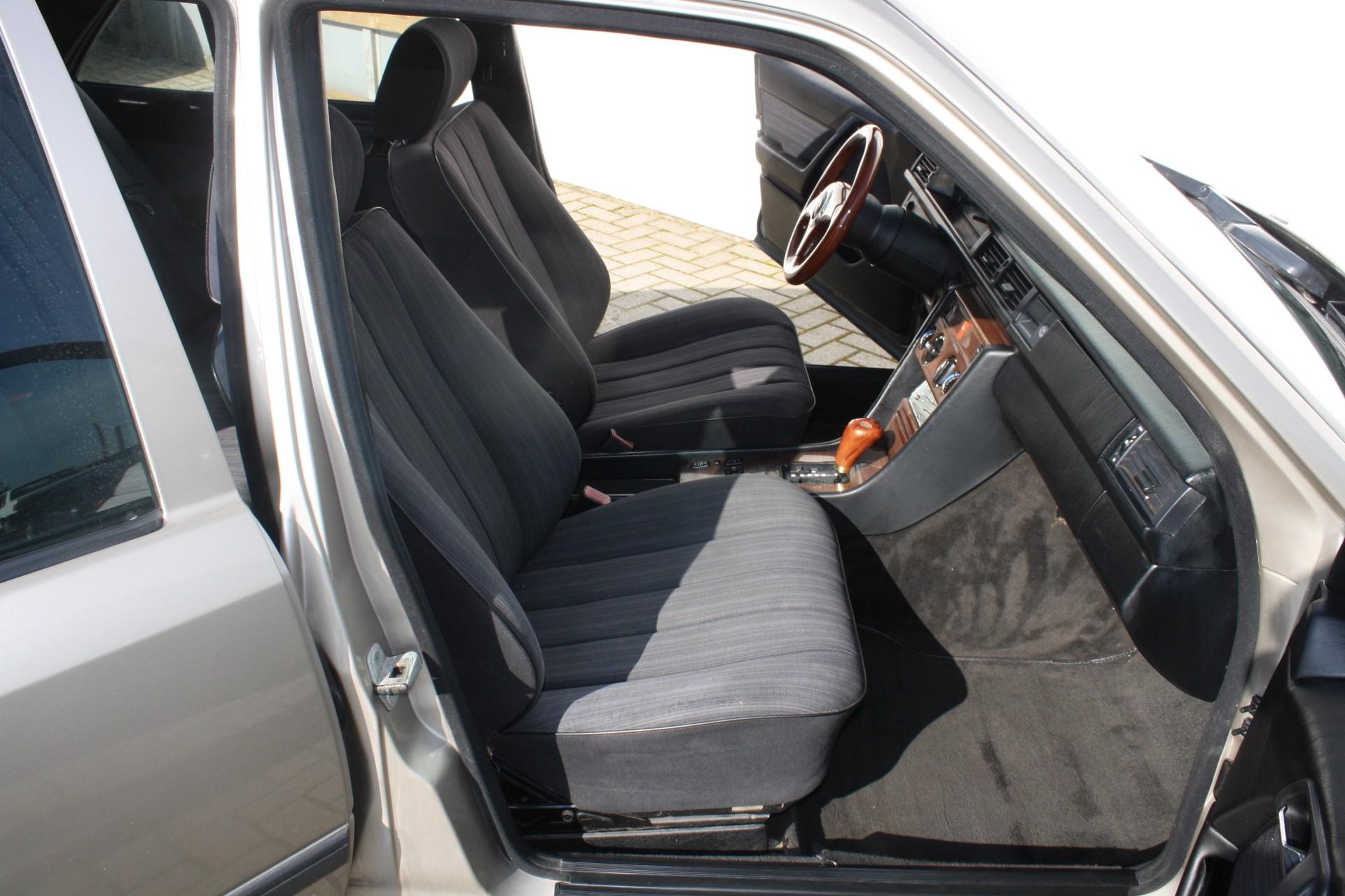 Mercedes-Benz 200-serie 300 E Foto 4