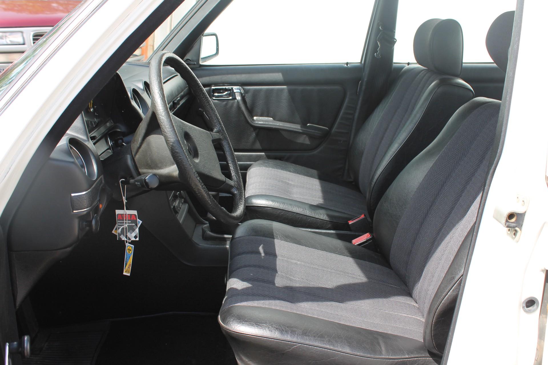 Mercedes-Benz 200-serie 200 D 2.0 Foto 3